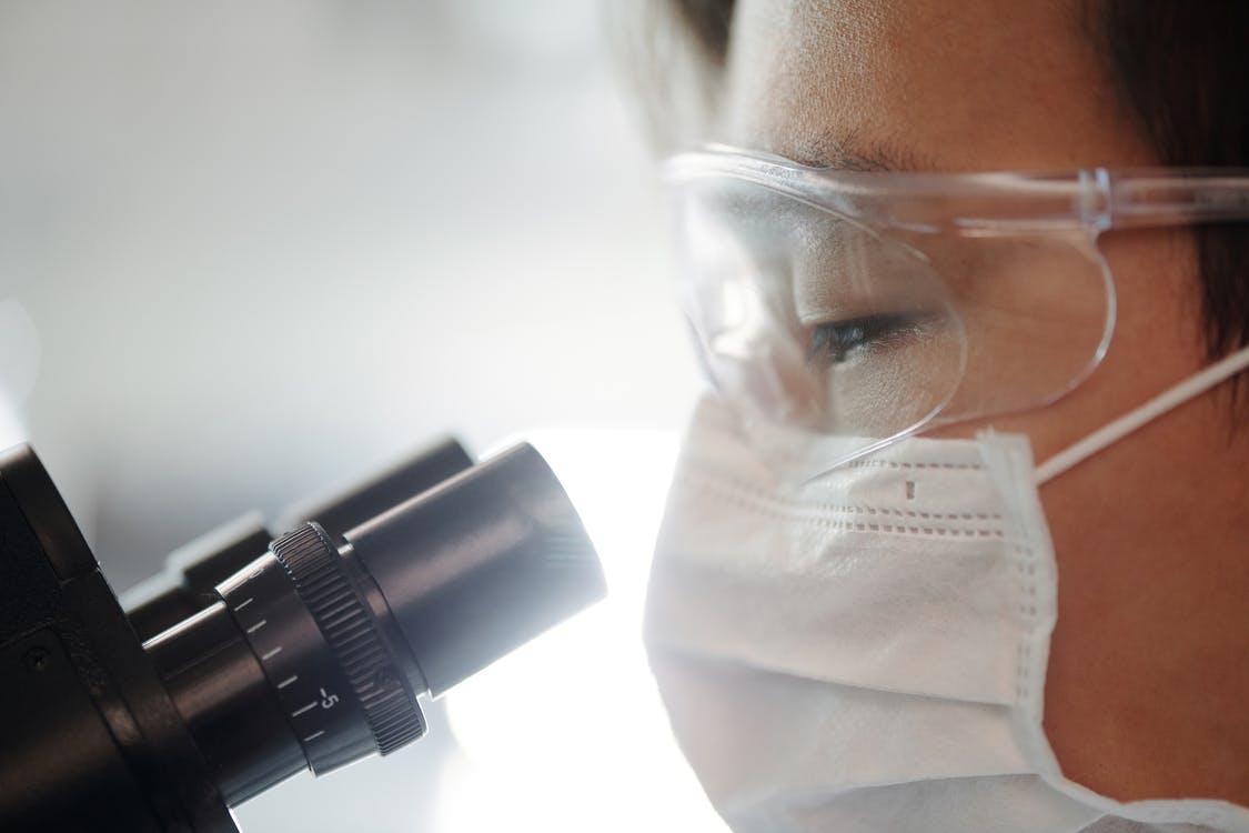Человек смотрит в микроскоп