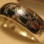 Гравировка золотого кольца снаружи